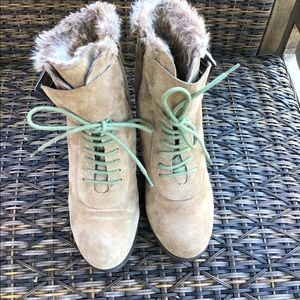 Aerosoles size 8.5 ankle boots ,beige suede .